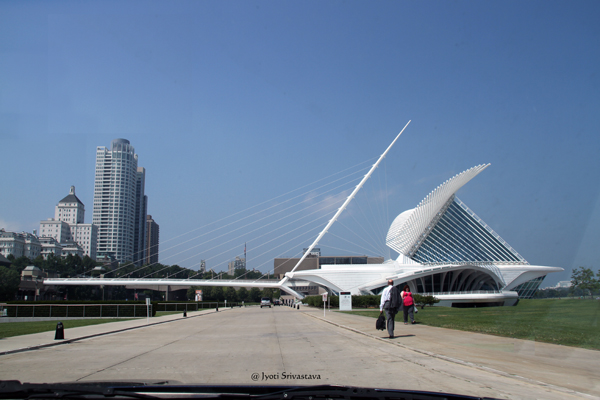 The bridge takes to the viewing area / Milwaukee Art Museum