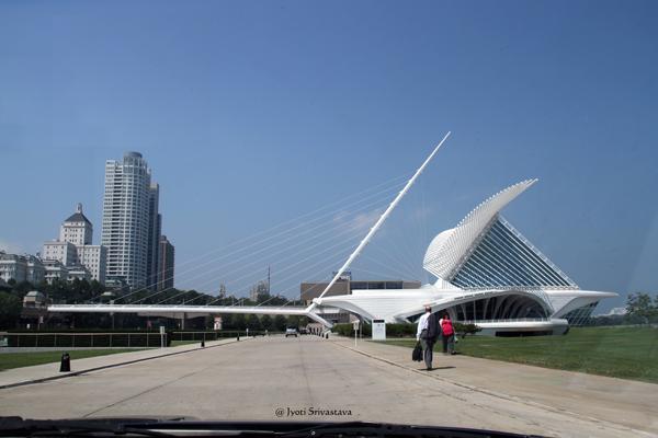 The bridge takes to the viewing area / Milwaukee Art Museum