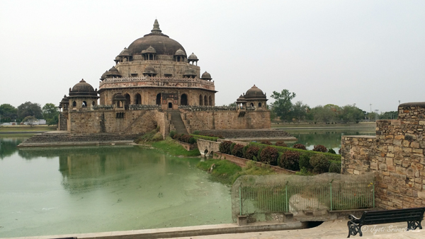 The mausoleum is in the center of a large square water tank / Tomb of Sher Shah Suri