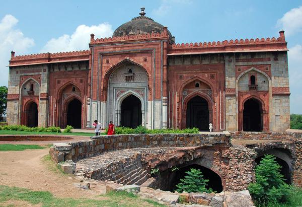 Qila Kuhna Masjid inside Purana Qila / Delhi / Wikimedia Commons