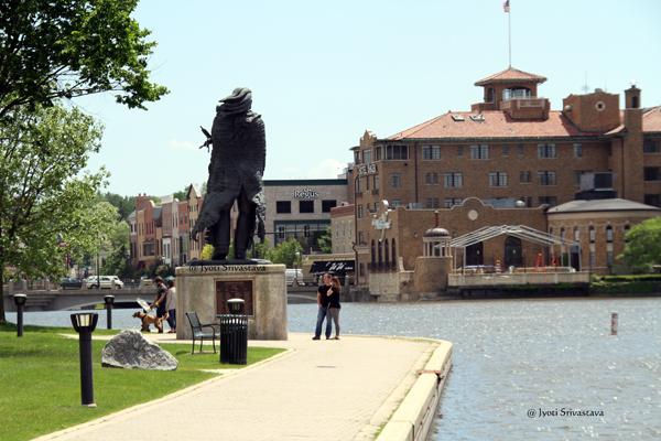 Ekwabet statue - by Guy Bellaver