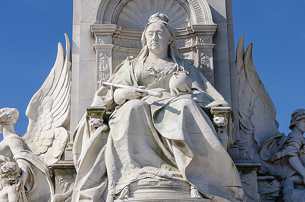 Statue of an enthroned Queen Victoria / Victoria Memorial - by Sir Thomas Brock